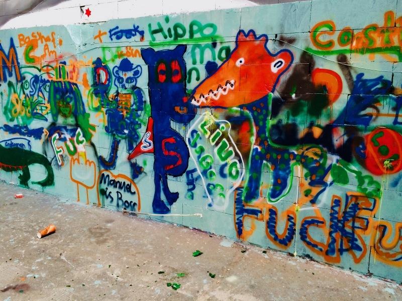 Eintritt in die Zeppelin-Halle, rechts, Graffitiwand