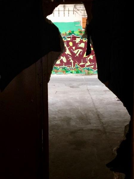 Graffiti durch den Spalt betrachtet