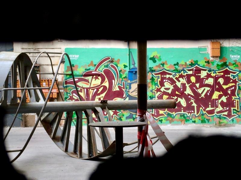 Liegende Wendeltreppe vor Graffitiwand