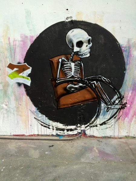 Graffiti Skelett im Stuhl